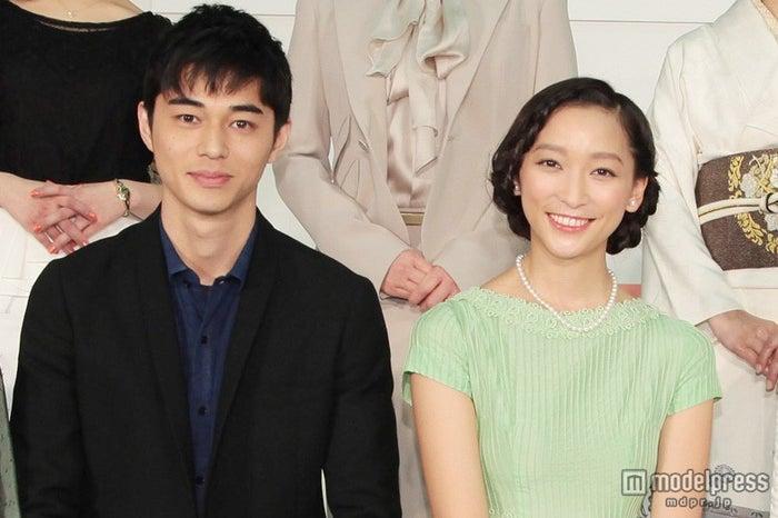 NHK連続テレビ小説「ごちそうさん」出演者発表記者会見に登場した(左から)東出昌大、杏(C)NHK
