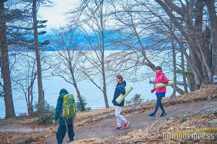 湖畔の遊歩道を散策してヨガスポットを目指します(C)モデルプレス