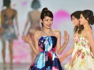 杉枝真結、華やかドレスで美脚&美デコルテアピール スレンダーボディにうっとり<関コレ2016A/W>