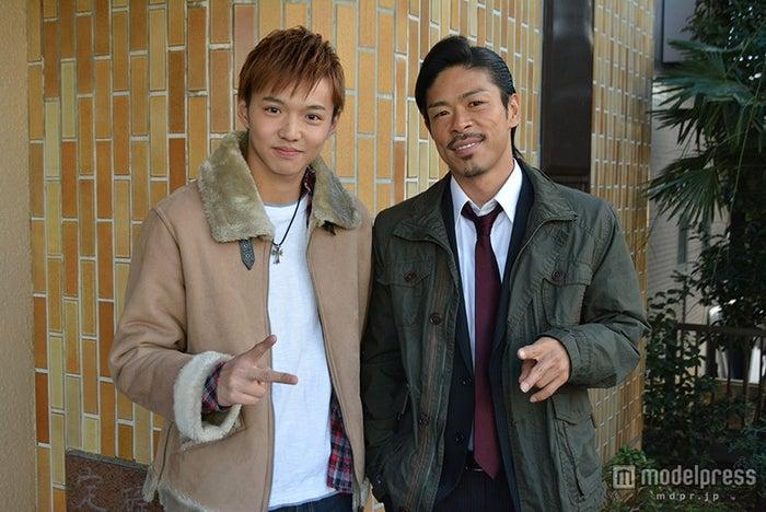ドラマでの2人の絡み方は必見。佐藤大樹、EXILEのMATSU(左から)