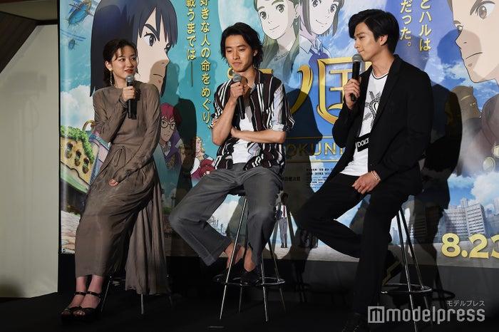 「2人の世界」だったため永野芽郁(左)に「すみませんでした」と謝る山崎賢人(中央)と新田真剣佑(右)/(C)モデルプレス