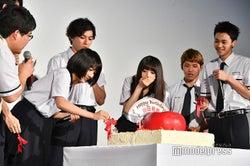 山田裕貴へのサプライズ祝いでりんごケーキ登場!(C)モデルプレス