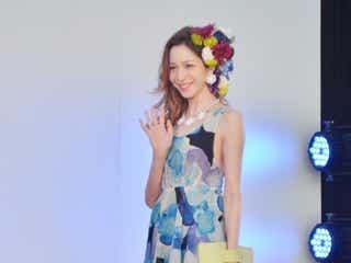 藤井リナ、ミニワンピで輝く美脚をアピール ハワイ初のファッションショーに登場
