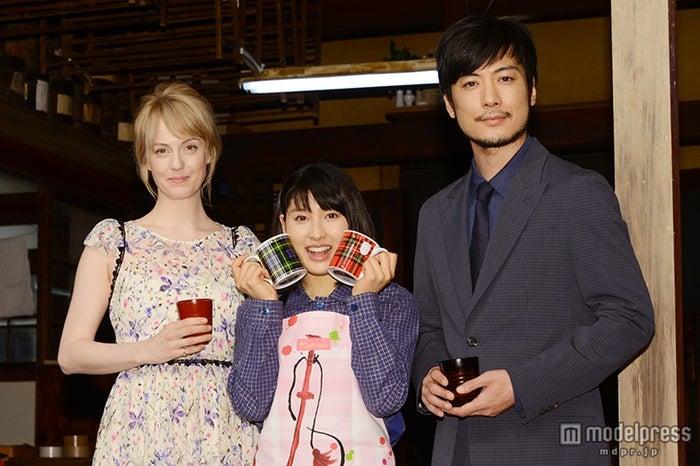 NHK連続テレビ小説のバトンタッチセレモニーを開催(左から)シャーロット・ケイト・フォックス、土屋太鳳、玉山鉄二【モデルプレス】