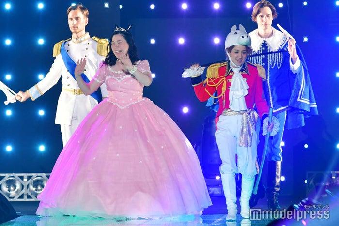 """尼神インター・誠子がお姫様に 満開の笑顔で""""王子""""を引き連れる(C)モデルプレス"""