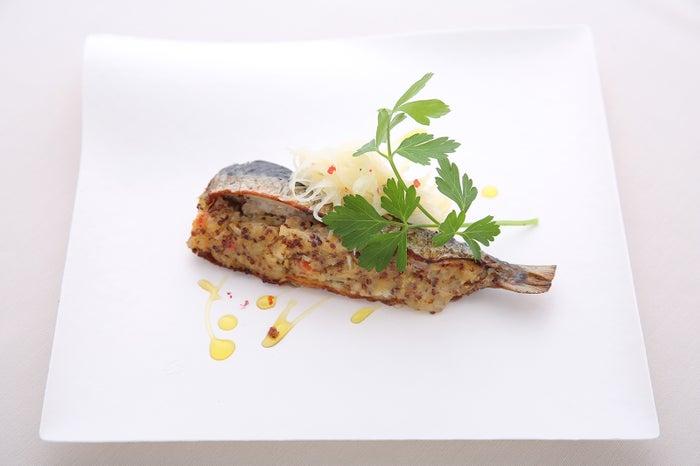 ちいさな台所 ひらた、イワシの粒マスタード焼き/画像提供:JAPAN CRAFT SAKE COMPANY