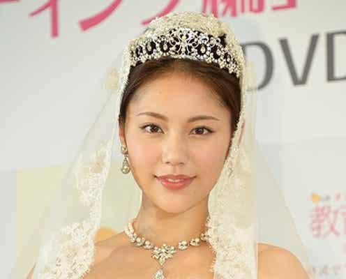 水沢エレナ、ウェディングドレス姿を披露 結婚時期にコメント