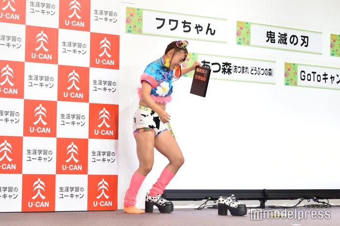 喜びを最大限に表現して靴が脱げてしまったフワちゃん(C)モデルプレス