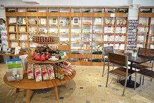 チリア・エクスクイジット・アロハ カフェスペースのすぐ横に商品が並び、食べながら眺めても楽しい