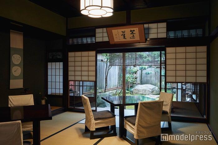 客室から見える中庭。静かな空間で頂くとよりお蕎麦が美味しく感じられます。(C)モデルプレス