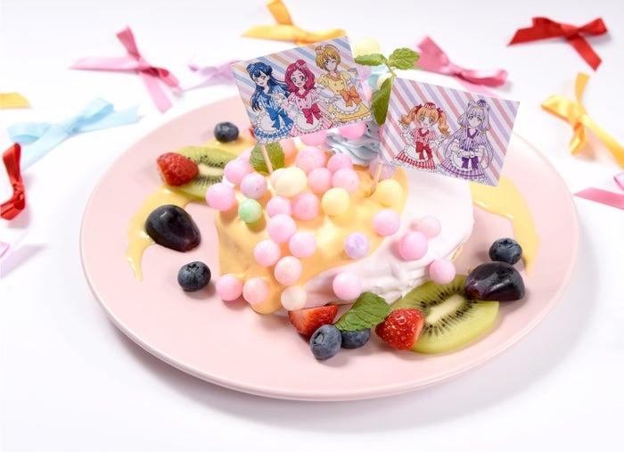輝く未来を抱きしめて!フルーツパンケーキ!~アスパワワを添えて~1,390円(税抜)(C)ABC-A・東映アニメーション