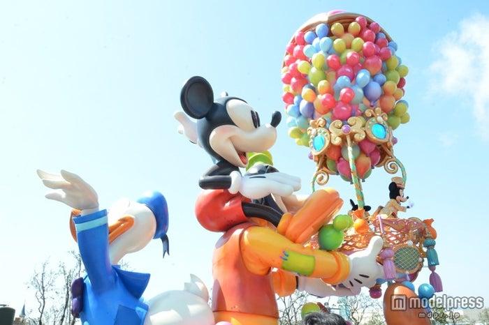 気球を支える大きなグーフィーと後ろに手を振るドナルド/ハピネス・イズ・ヒア