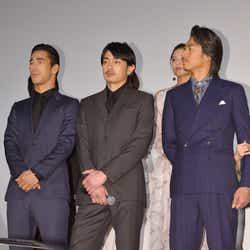 3人がかがんでくれないと後ろは何も見えない…/左から:小林直己、青柳翔、AKIRA/ (C)モデルプレス