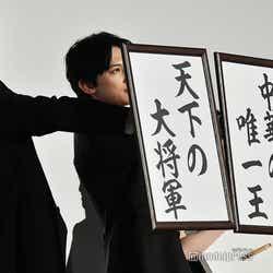 「夢」を掲げる山崎賢人、吉沢亮 (C)モデルプレス