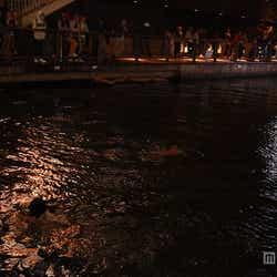 道頓堀川に飛び込んだ後、川を泳ぐ男性2人