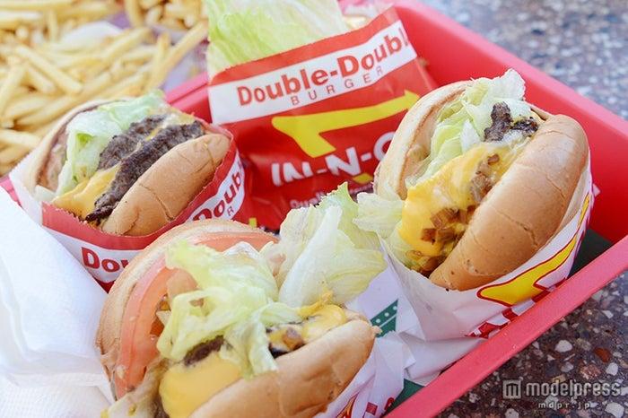 「In-N-Out Burger」のハンバーガー