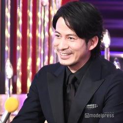V6岡田准一、嵐・二宮和也とじゃれ合う 会場に黄色い歓声<第42回日本アカデミー賞>