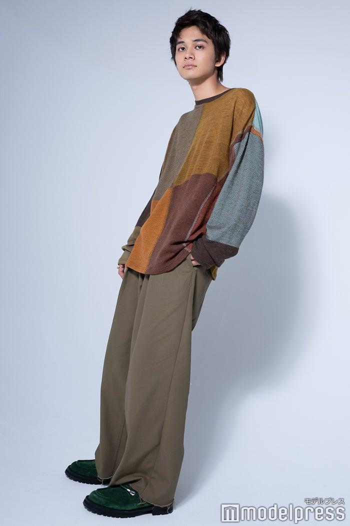 北村匠海/衣装:ニット ¥22,000 ヨーク(スタジオ ファブワーク)、シューズ ¥46,000 ネオンサイン(ネオンサイン)、リング(細い方)¥30,000、リング(太い方) ¥40,000 IVXLCDM (VXLCDM 六本木ヒルズ)、その他スタイリスト私物 (C)モデルプレス