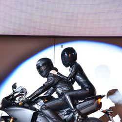 バイクに乗って登場した酒井法子
