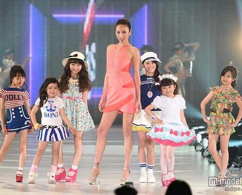 道端アンジェリカ、ピンクのミニワンピで美脚披露 次世代のモデルたちへエール