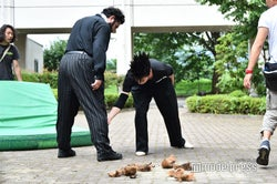勝矢の膝のサポーターの位置をチェックする伊藤健太郎/「今日から俺は!!」第6話メイキング(C)モデルプレス