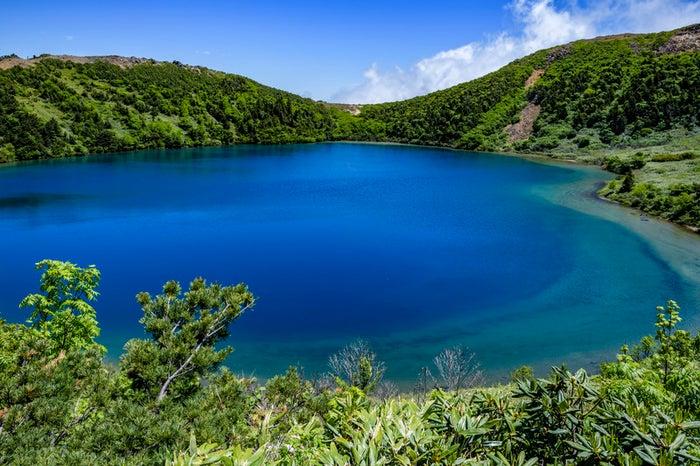 神秘的な青いカルデラ湖(魔女の瞳)/写真素材ぱくたそ