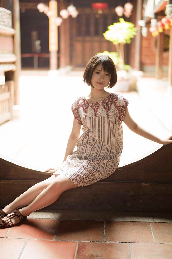少しアンニュイな表情/『浜辺美波写真集voyage』より(写真提供:KADOKAWA)