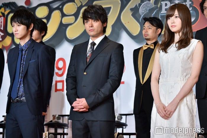 (左から)本郷奏多、山田孝之、白石麻衣(C)モデルプレス
