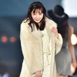 モデルプレス - 新川優愛が大人可愛い!笑顔ランウェイで魅了<TGC北九州2016>
