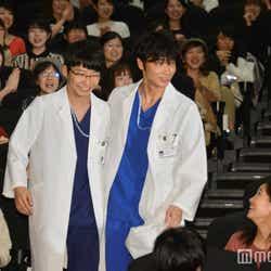 逆サイドの客席まで駆け足で向かう鴻鳥先生と四宮先生(C)モデルプレス
