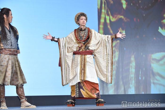 鬼ちゃんファッションをアピールする菅田将暉(C)モデルプレス