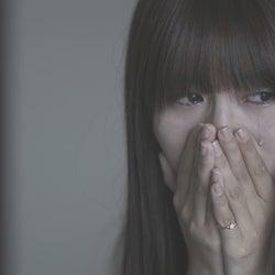 犬飼貴丈からの手紙を読んで涙を流すロン・モンロウ「ダブルベッド」#6(C)TBS/イースト・エンタテインメント