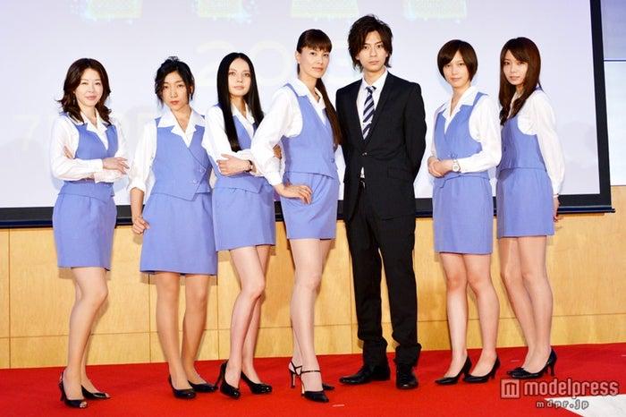 フジテレビ系ドラマ「ショムニ2013」の制作発表に出席した(左から)堀内敬子、安藤サクラ、ベッキー、江角マキコ、三浦翔平、本田翼、森カンナ