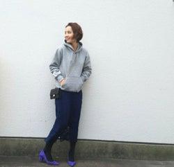 大人の失敗しないパーカーコーデ。「+タイトスカート」で女っぽく着こなせます!