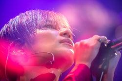 SHINeeテミン、初の全国ソロツアー開幕 初披露の7曲にファン熱狂 サプライズ発表も<セットリスト>