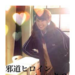 """モデルプレス - 桐谷美玲、ツインテール×制服×彼ジャージの""""最強""""コス姿を披露"""