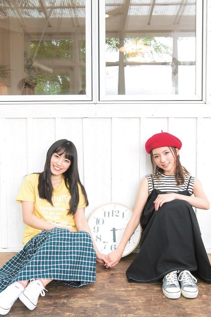 (左から)miwa、真野恵里菜(C)Takeo Dec./集英社