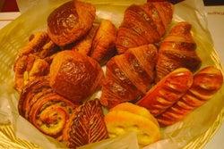 渋谷でモーニングなら焼きたてパン4種を食べ比べできる「ヴィロン」へ!しかも、コーヒー飲み放題♪