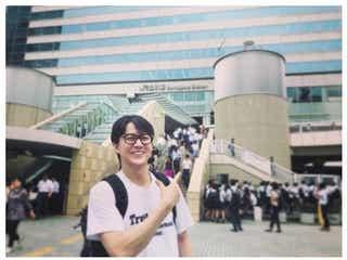 """""""品川駅にとけ込む福山雅治""""が話題「これは気づかない」「オーラ自由自在のましゃ」"""