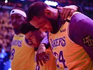 NBAレーカーズが事故後初試合 コービー・ブライアントさん悼む