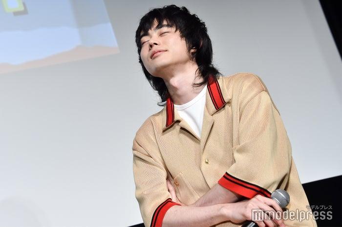 田島直弥が披露した野沢雅子のモノマネを目を閉じ聞く菅田将暉(C)モデルプレス