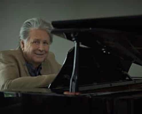 ブライアン・ウィルソンがキャリア初ソロピアノAL発売決定、ビーチボーイズ時代の名曲「神のみぞ知る」他キャリアを総括するベスト盤的作品