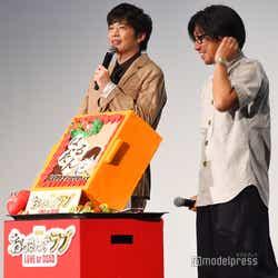 OL民からのバースデーソングに感激の田中圭(左)と瑠東東一郎監督(右)/(C)モデルプレス