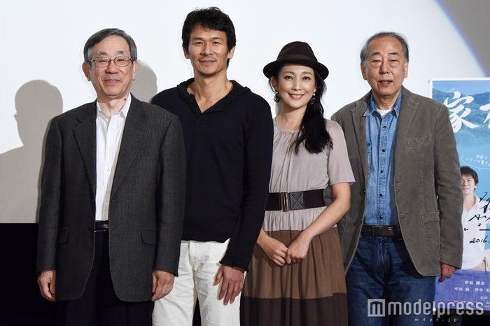 (左から)大森青児監督、伊原剛志、田中美里、岸部一徳(C)モデルプレス