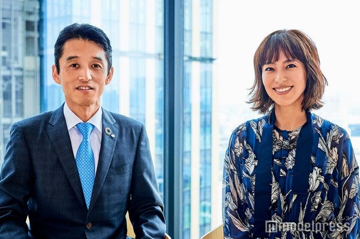 (左から)井上英治氏、小泉里子(C)モデルプレス
