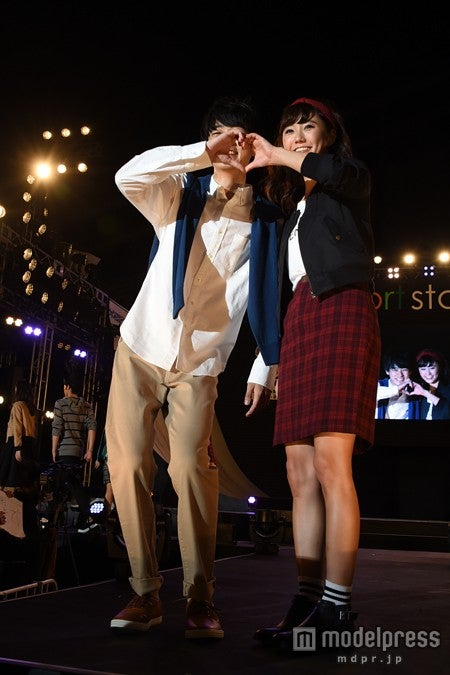 成田凌と鈴木友菜が2ショットランウェイ