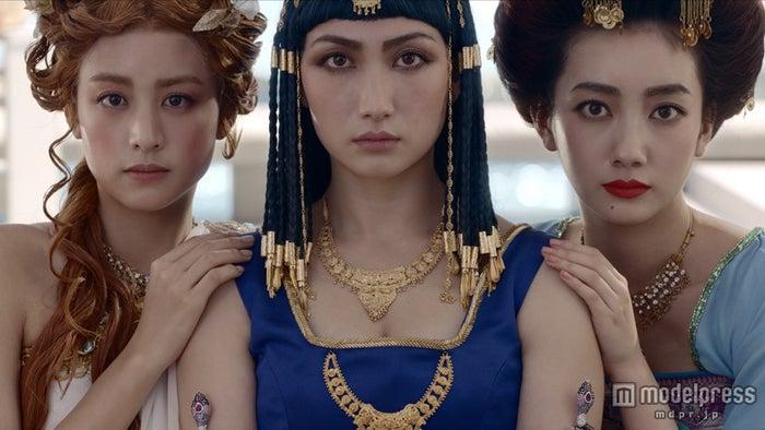 世界三大美女に扮した(左から)山本美月、香椎由宇、波瑠【モデルプレス】