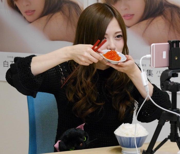 食べるだけコーナー「食べ石さんの食べるだけリターンズ」白石麻衣/配信の様子(提供写真)