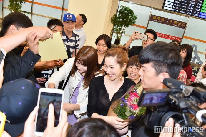 台湾ファンに囲まれる(左から)八木アリサ、藤井リナ(C)モデルプレス