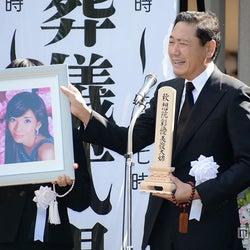 川島なお美さん告別式、拍手で最後の別れ